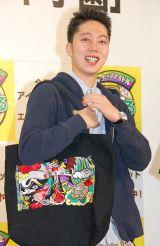 ももクログッズを持参したはんにゃ・金田哲=『目指せ!トップアイドル!あるある甲子園』開催発表会見 (C)ORICON NewS inc.