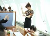 テーブルでアイドルについて話すミスiD。(C)De-View