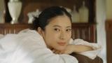 マッサージを受ける吉高由里子/トヨタ「ハートを磨け!PASSO」キャンペーン第2弾CMより