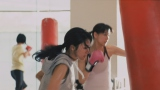 ボクササイズシーンでは(左から)満島ひかり&水川あさみが共演(トヨタ「ハートを磨け!PASSO」キャンペーン第2弾CMより)