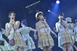 「潮風の招待状」を歌う(左から)森保まどか、宮脇咲良、朝長美桜(8日=HKT48劇場)(C)AKS