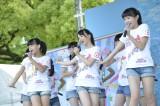 AKB48の「会いに行く」チーム8が熊本で初ステージ 写真左から宮里莉羅(沖縄)、倉野尾成美(熊本)、本田仁美(栃木)(C)AKS