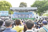 多くの来場者がチーム8の初ステージを見守った(C)AKS