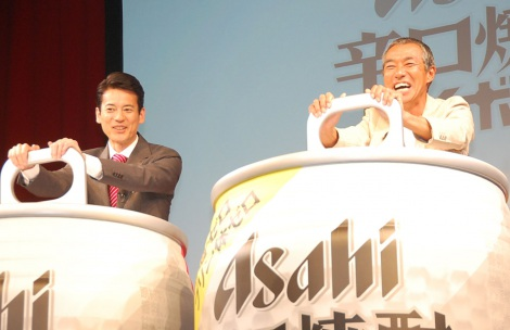開栓式では満面の笑み(左から)唐沢寿明、柳葉敏郎=『アサヒ辛口焼酎ハイボール』新CM発表会 (C)ORICON NewS inc.