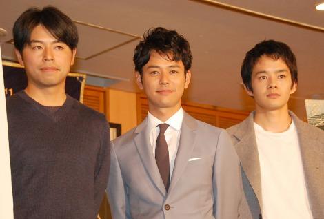 映画『ぼくたちの家族』の日本外国特派員協会試写会に出席した(左から)石井裕也監督、妻夫木聡、池松壮亮