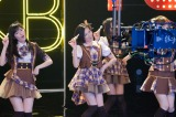 「大人AKB48」合格の余韻冷めやらぬなか、初のCM撮影に挑戦した塚本まり子(中央)(C)AKS