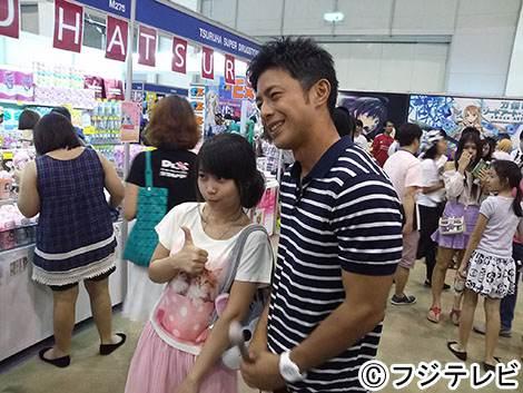 タイの女性と写真撮影に応じるフジテレビの榎並大二郎アナウンサー。人気は健在です