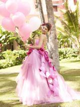 吉川ひなのが監修したハワイガイドブックで挙式着用ウエディングドレスを初披露