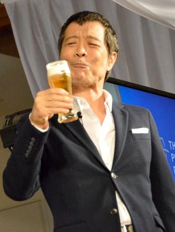 ビールを美味しそうに試飲する矢沢永吉/『ザ・プレミアムビールヒルズ』記者説明会 (C)ORICON NewS inc.