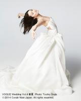 """ウエディングドレスで""""イナバウアー""""を華麗に披露する荒川静香/VOGUE Wedding Vol.4 春夏 Photo: Toshio Onda (c)2014 Conde Nast Japan. All rights reserved."""