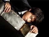 テレビ朝日『BORDER』は毎週木曜21:00スタート。死者が見える刑事を演じる小栗旬は、少ないセリフの難しい役どころを見事に演じている