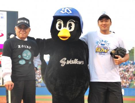 ヤクルト時代の師弟コンビ、野村克也氏と石井一久氏が神宮球場の始球式に登場した (C)ORICON NewS inc.