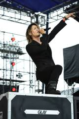 東北6000人を無料招待したライブで50thシングル「BLEEZE」を初披露したGLAYのTERU