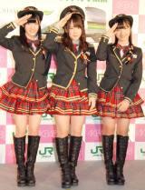JRとコラボした車掌風衣装もお披露目。『AKB48チーム神奈川×JR横浜線新型車両導入キャンペーン』発表会に出席したAKB48(左から)岡田奈々、川栄李奈、大島涼花 (C)ORICON NewS inc.