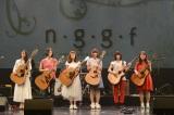 """""""ギタ女""""イベントエンディングは参加6人全員で「CHE.R.RY」を合唱。左端が小園美樹"""