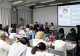 約70人の学生の前で熱い講義を繰り広げる