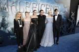 ハリウッドで開催された映画『マレフィセント』ワールドプレミアに来場した(左から)ジュノー・テンプル、レスリー・マンヴィル、アンジェリーナ・ジョリー、シャールト・コプリー、エル・ファニング、サム・ライリー