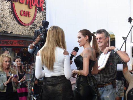 ハリウッドで開催された映画『マレフィセント』ワールドプレミアでメディアの取材に応じるアンジェリーナ・ジョリー