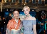 映画『マレフィセント』の日本語吹き替え版でエル・ファニング(右)演じるオーロラ姫を担当する上戸彩(左)