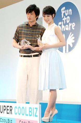 「ベストクールビズ大賞」を受賞した(左から)田中圭、剛力彩芽 (C)ORICON NewS inc.