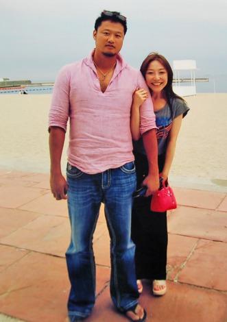 神戸の須磨海岸にデートで訪れた際のマック鈴木と小原正子のツーショット写真(2013年夏に撮影)