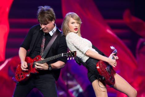 『The RED Tour』の日本公演を行ったテイラー・スウィフト(右)