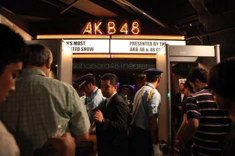 入口前にゲート式金属探知機2台が導入されたAKB48劇場(2日・入場時の様子) (C)AKS