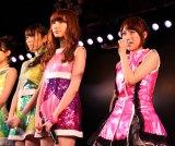 公演再開に涙ぐむ高橋みなみ(右)=AKB48劇場 (C)AKS