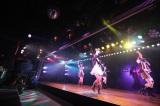 最前列は空席、ファンの前には鉄柵も…=AKB48劇場 (C)AKS