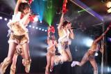 再開後初のAKB48劇場公演で高橋みなみ(中央)らチームAは努めて明るくパフォーマンス(C)AKS