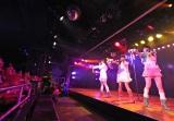 AKB48劇場の最前列(鉄柵前の黒いシート)は使用禁止となりステージ端には警備員も(C)AKS