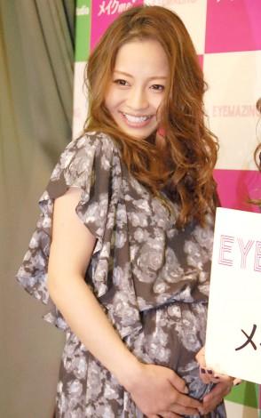 妊娠9ヶ月のふっくらお腹を披露した小森純=つけまつげ『EYEMAZING』新シリーズ発表イベント (C)ORICON NewS inc.