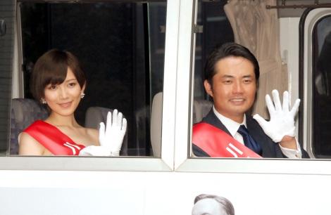 選挙カートに乗り込み、手を振る(左から)光宗薫、杉村太蔵=『ハウス・オブ・カード 野望の階段』Blu-ray&DVDリリース記念イベント
