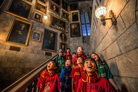 サムネイル 「動く肖像画」の廊下を体験する、加藤兄弟と子どもたち