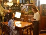 竹内まりや(左)の新曲「アロハ式恋愛指南」のMVに出演したchay(右)
