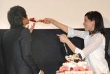 川口春奈(右)から福士蒼汰(左)へ誕生日ケーキのファーストバイト=映画『好きっていいなよ。』完成披露試写会 (C)ORICON NewS inc.