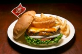 """世界18都市の各都市でしか食べられない""""ご当地限定ハンバーガー""""を提供するハードロックカフェの「ワールドバーガーツアー」。写真は『レジェンダリーステーキ&エッグバーガー』(米国・アトランタ)"""