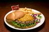 """世界18都市の各都市でしか食べられない""""ご当地限定ハンバーガー""""を提供するハードロックカフェの「ワールドバーガーツアー」。写真は『レジェンダリーサテバーガー』(シンガポール共和国・シンガポール)"""