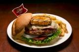 """世界18都市の各都市でしか食べられない""""ご当地限定ハンバーガー""""を提供するハードロックカフェの「ワールドバーガーツアー」。写真は『レジェンダリーホノルルバーガー』(米国・ホノルル)"""