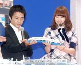鉄道玩具『プラレール アドバンス』の新システム発表会に出席した(左から)中川家剛、AKB48・小笠原茉由 (C)ORICON NewS inc.