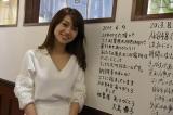 壁に卒業メッセージを書き込んだ大島優子 (C)AKS