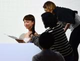 ヘアケア『ベーネプレミアム ルージュリア/ブルーリア』Web限定動画撮影時 メイクを直しながらも歌詞をチェックするタカハシマイ (C)oricon ME inc.