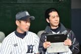 日本生命野球部の話題で盛り上がる大道監督(右・手塚とおる)とキャプテンの井坂(左・須田邦裕)(C)TBS