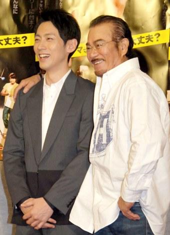 NHK・BSプレミアムのドラマ『おわこんTV』の会見に出席した(左から)小泉孝太郎、千葉真一 (C)ORICON NewS inc.
