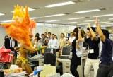 女性ダンサーと陽気なダンスを繰り広げる社員たち (C)oricon ME inc.
