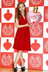 真っ赤なドレスで登場した板野友美=『エンジェルハート新作フレグランス発表会』 (C)ORICON NewS inc.