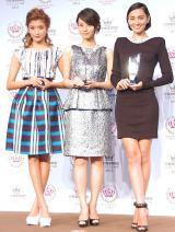 『2013年ベストビューティストアワード』授賞式に出席した(左から)ローラ、堀北真希、長谷川潤 (C)ORICON NewS inc.