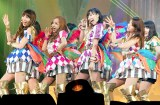 "『KYORAKU SURPRISE FESTIVAL 2014』スペシャルステージに登壇したAKB48""チームサプライズ""。板野友美(左から2番目)、大島優子(右)の姿も… (C)ORICON NewS inc."
