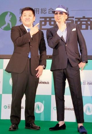 『業務用食品展示フェア』内のステージに登壇した(左から)西原一将社長、クレイジーケンバンド・横山剣 (C)ORICON NewS inc.