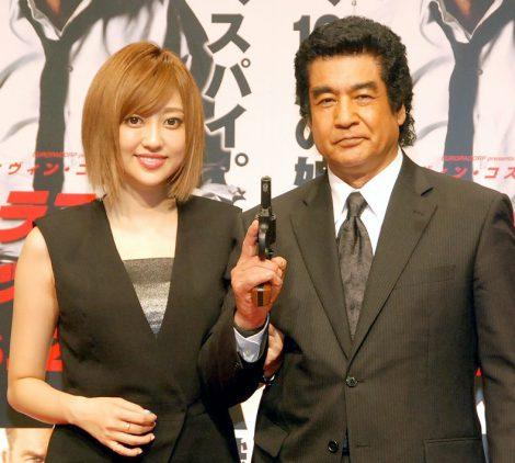 映画『ラストミッション』公開記念アクションイベントに出席した(左から)菊地亜美、藤岡弘、 (C)ORICON NewS inc.
